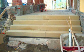 Die neue Treppe aus Sandstein