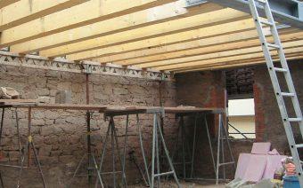 Holzbalken für die Deckenkonstruktion